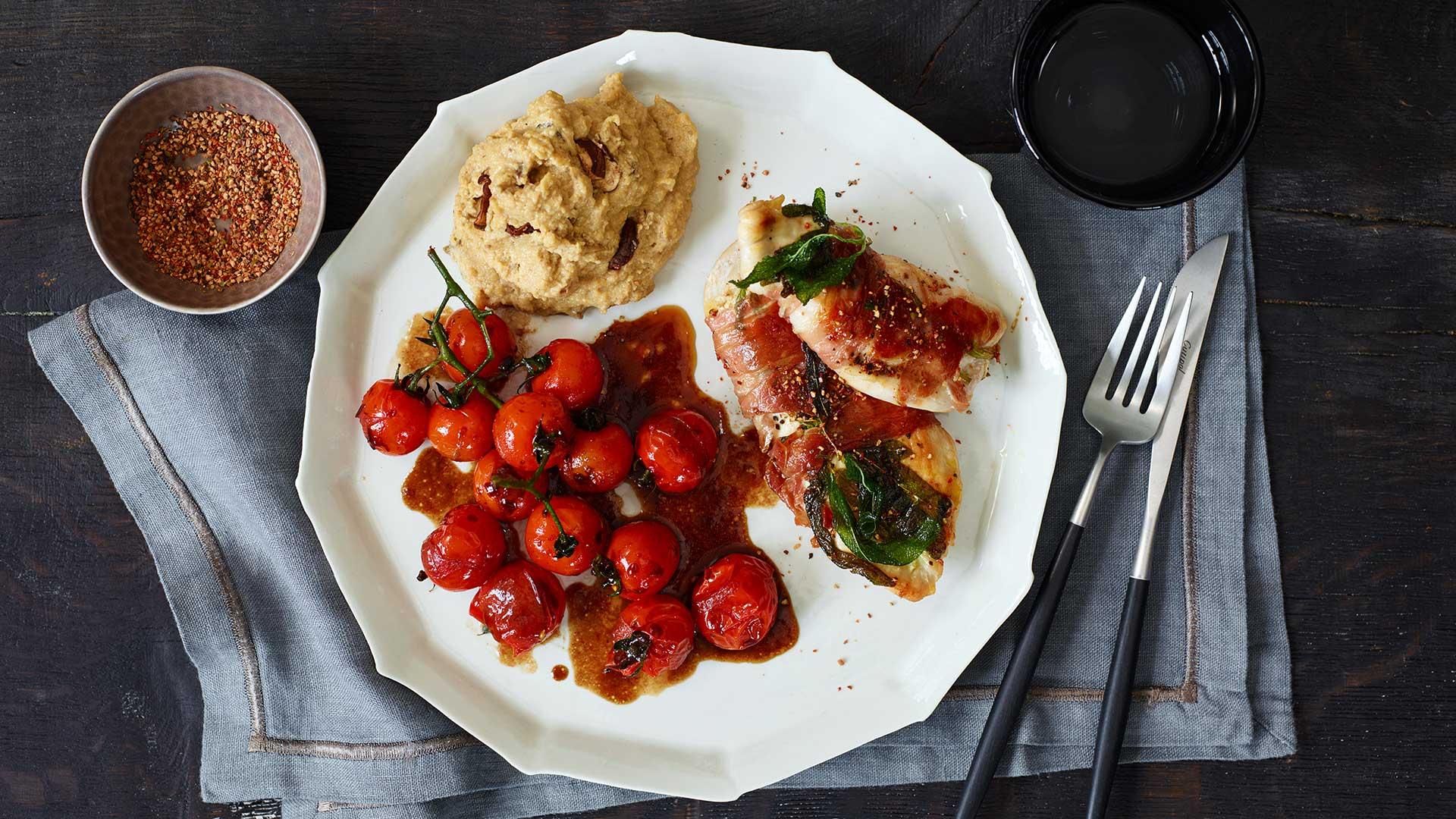 Pfeffer Saltimbocca mit Steinpilzpolenta und Zimt-Tomaten