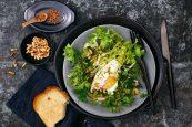 Pochierte Eier auf Salat