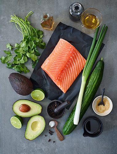 Zutaten für ein Lachs Tartar mit Cuebenpfeffer
