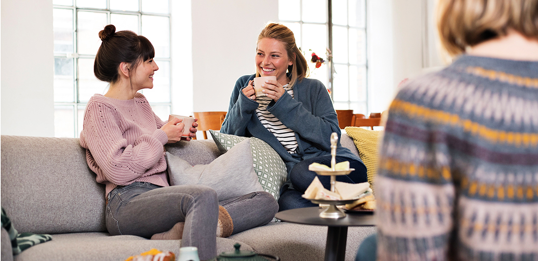 Tea Party zwei Freundinnen trinken Tee auf Sofa