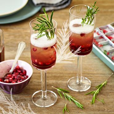 Zwei Gläser Granatapfel-Champagner