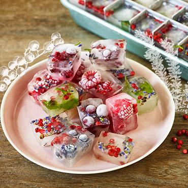 DIY-Eiswürfel mit Kräutern und Früchten