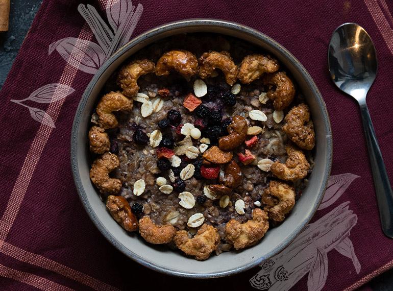 Porridge mit gebrannten Cashewkernen