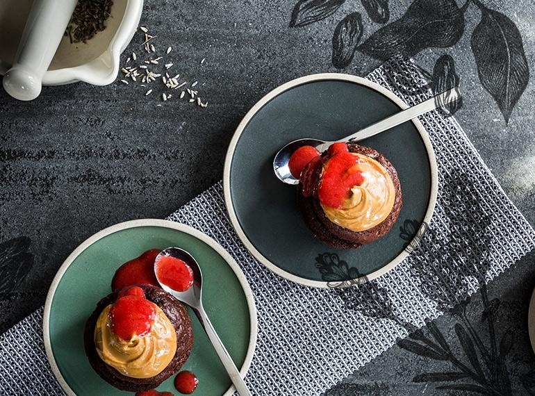 Schokoladen-Küchlein mit Lavendel und Erdbeersauce