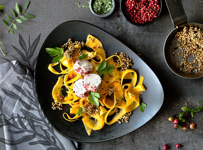 Kürbissalat mit geröstetem Buchweizen und Ziegenkäse