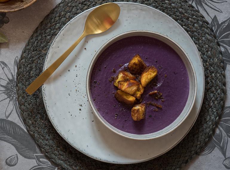 Rotkohlsuppe mit Café-de-Paris-Croûtons