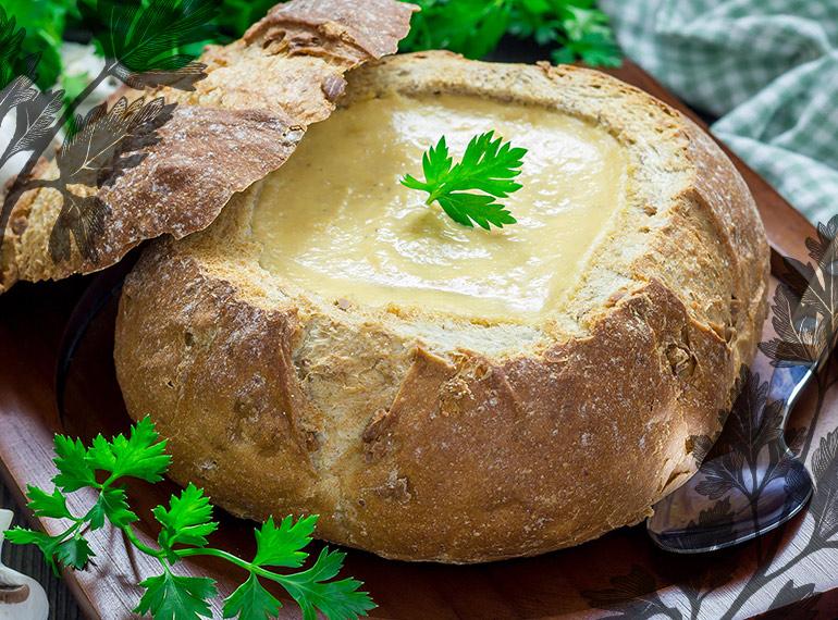 Suppe im Brot serviert